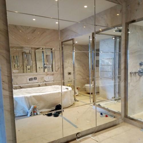 Зеркальное панно для ванной комнаты из прямоугольной плитки